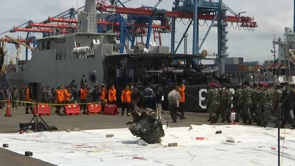 Turbinenteile nach Flugzeugabsturz geborgen - Trauer in Indonesien