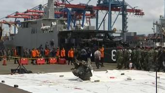 Flugzeugabsturz in Indonesien: Trümmerteile geborgen
