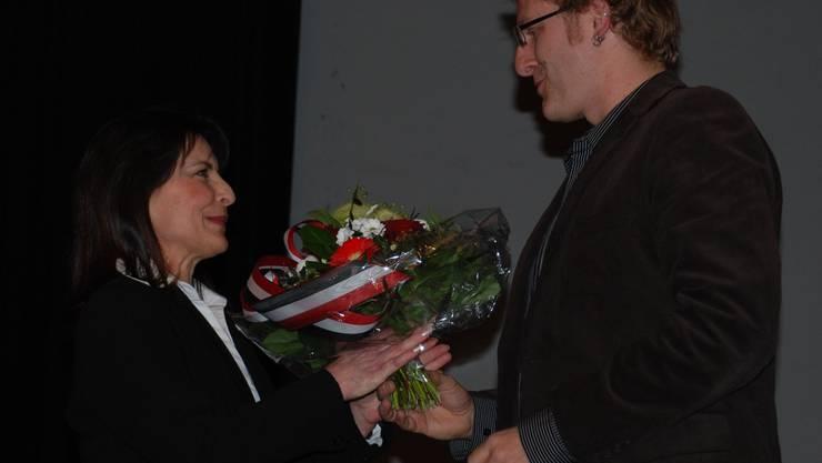 Blumen vom politischen Gegner: Marlis Spörri (SVP) ist gegen die Einführung der Schulsozialarbeit, Arsène Perroud (SP) gehört zu den stärksten Befürwortern. (fh)
