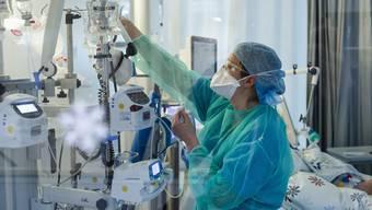 Blick in eine Intensivstation, wo Covid-19-Patienten gepflegt werden. (Symbolbild)