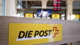 Die liberale Denkfabrik Avenir Suisse schlägt eine umfassende Reform der Schweizerischen Post vor. Das regulatorische Korsett und der Grundversorgungsauftrag seien angesichts der Digitalisierung der Welt veraltet. Postfinance und Postauto seien zu privatisieren. (Archivbild)