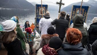 Nicht nur in Russland: Gläubige der russisch-orthodoxen Gemeinde wagen sich bei der Wasserweihe  in Melide in den Luganersee. G
