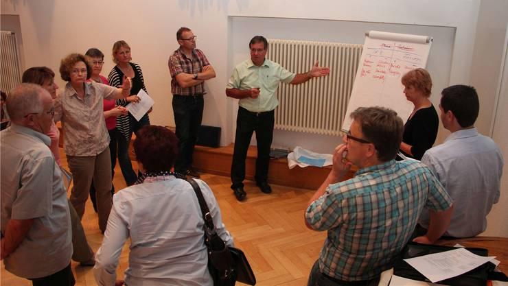 Gemeindeammann Heinz Lüscher (Mitte) und seine Team unterhalten sich über die Chancen und Risiken einer Fusion für ihre Gemeinde Unterentfelden.