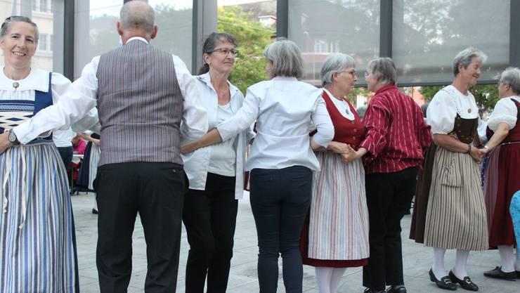 Gemeinsames Tanzen: Die Trachtengruppen Dietikon und Bergdietikon haben auf den Dietiker Kirchplatz geladen.