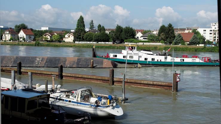 Das Baggerschiff «Merlin» kenterte. Nun sind Schlepper eingetroffen und das Schiff wurde gesichert.