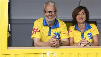 Wettiger Faescht: OK-Praesident Paul Koller (links) und Ursula Oeschger präsentieren «Wettingen 975».