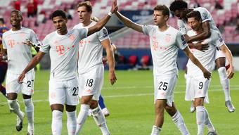 Serge Gnabry (links) und Thomas Müller feiern vereint einer der Tore