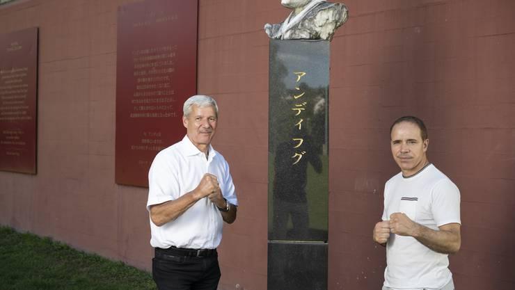 Hugs Wegbegleiter Heinz Muntwyler (l.) und Rocco Cipriano an der Hug-Gedenkstätte in Wohlen.