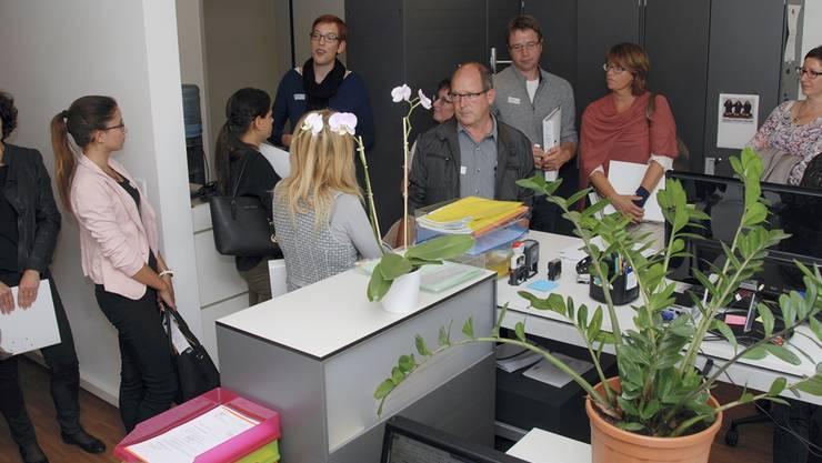 Gäste und Mitarbeitende der Sozialregion in einem der Büros am Standort Härkingen.