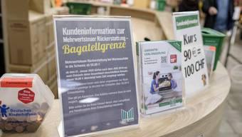 Im Marktkauf werden Schweizer Kunden über die neuen Regeln informiert.