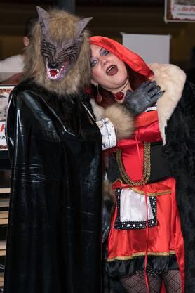 «Ich heisse Cappuccio, wie Käppchen oder Rotkäppchen, und habe rote Haare. Da dachte ich, für Toni wäre eine Verkleidung als Wolf das Beste. Sieht er nicht sowieso etwas wölfisch aus? Hoffentlich frisst er mich heute Abend nicht auf.»