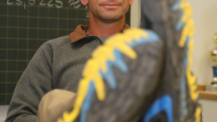 Manfred Knecht (40) im Schulzimmer der Bezirksschule Bremgarten. (Andrea Marthaler)