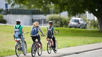 Bewegung und Möglichkeit für Gespräche auf dem Schulweg  (Symbolbild)