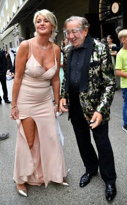 """Richard Lugner mit seiner Begleitung Karin Karrer vor Beginn der Festspiel-Premiere """"Cosi fan tutte"""" im Großen Festspielhaus."""