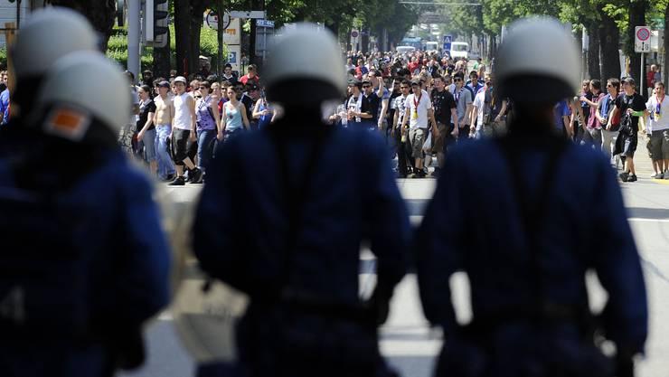 Polizisten begleiten die Basler Fans (im Bild auf der Hohlstrasse) ins Stadion. (Symbolbild/Archiv)