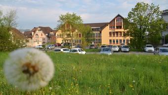 Hier soll das neue Verwaltungsgebäude der Gemeinde Muri erstellt werden. In den Widmen gehört ein Teil des Landes der Gemeinde. Der Bezug ist im Sommer 2019 angedacht.ES