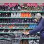 Die Konsumentenstimmung in der Schweiz hat sich zuletzt zwar etwas aufgehellt, bleibt aber weiter unterdurchschnittlich. Die eigene Budgetsituation wird nach wie vor relativ trübe beurteilt. (Archiv)