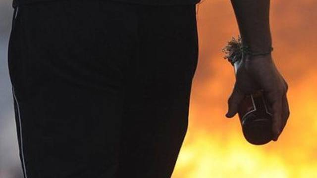 Ein Unbekannter hat auf ein geschlossenes Restaurant einen Brandanschlag verübt (Symbolbild)