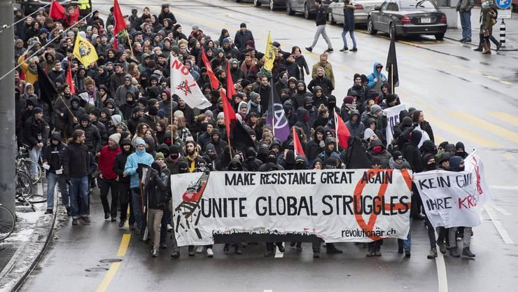 Einige hundert Personen demonstrieren in Bern gegen das WEF.
