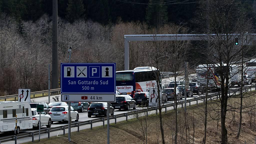 Osterrückreiseverkehr rollt in Richtung Norden: Stau vor Gotthard
