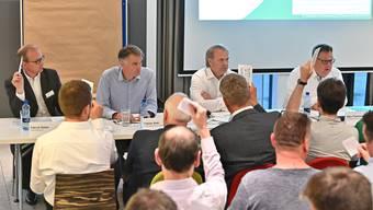 EHCO-Präsident Marc Thommen, vorne rechts, sprach an der Generalversammlung deutliche Worte.