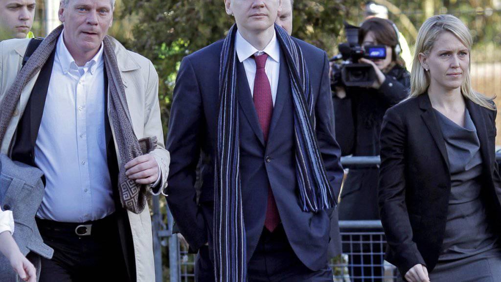 Wikileaks-Gründer Julian Assange (Mitte) übergibt die Chefredaktion der Enthüllungsplattform Wikileaks an Kristinn Hrafnsson (links).