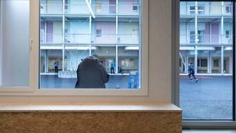 Bewohnerinnen und Bewohner von Asylzentren im Kanton Zürich sollen mit einer Reihe von Massnahmen vor dem Corona-Virus geschützt werden. (Archivbild)