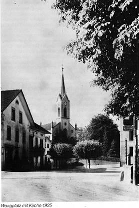Das Bild aus dem Jahr 1925 zeigt den Waagplatz und die Menziker Kirche. zvg