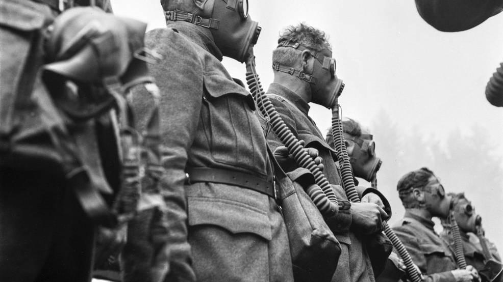 Soldaten der Ersten Grenzschutz-Kompanie der Schweizer Armee ueben die Verwendung von Gasmasken, aufgenommen am 22. April im Kriegsjahr 1940 am Luziensteig, Kanton Graubuenden. (KEYSTONE/PHOTOPRESS-ARCHIV/Walter Henggeler)