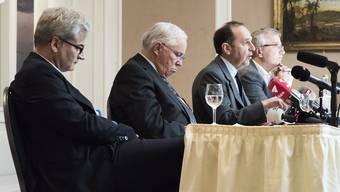 Tamedia-Verleger Pietro Supino (3. v. l.) kann im Hotel Euler den Kauf der «Basler Zeitung» verkünden.          Markus Somm und Christoph Blocher (v. l.) haben damit ihre medienpolitischen Ideale begraben.