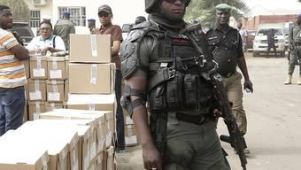 Ein nigerianischer Polizist bewacht den Transport von Wahlzetteln.