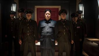 Ein Despot mit Vaterkomplex: Kim Jong Un (Randall Park) und seine Schergen in «The Interview».
