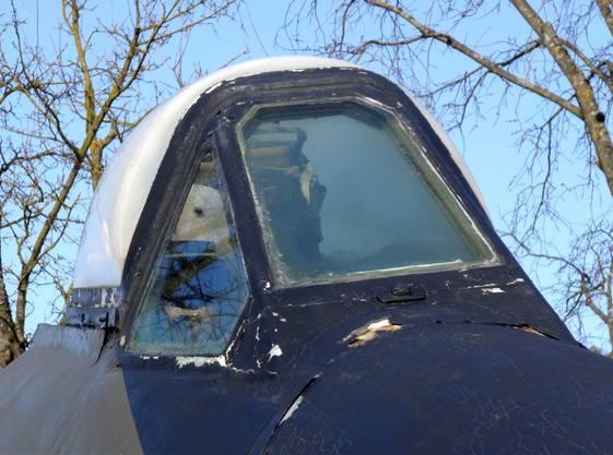 Risse rund um das Cockpit des ausgestellten Venom-Düsenflugzeugs.
