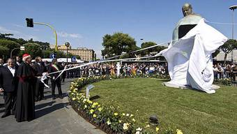 Die Statue ist 5,5 Meter hoch und steht vor dem römischen Hauptbahnhof