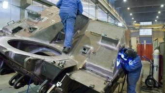Ruag-Mitarbeiter arbeiten an einem Genie-Panzer (Archiv)