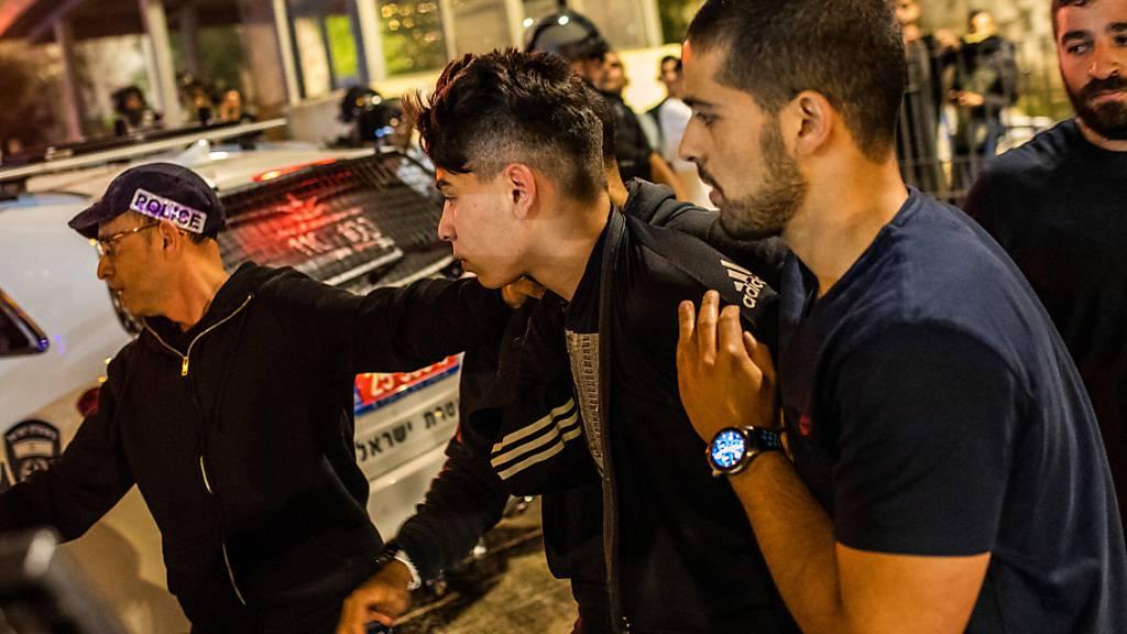 Israelische Sicherheitskräfte nehmen einen Mann bei Auseinandersetzungen in der Altstadt von Jerusalem fest. Foto: Ilia Yefimovich/dpa
