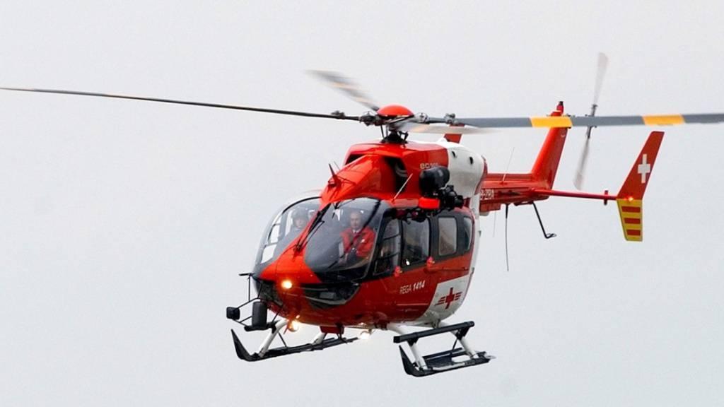 Nach einem Arbeitsunfall brachte die Rega einen Mann aus Nidwalden ins Spital. (Symbolbild)