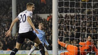 Edin Dzeko nimmt Mass zum 3:0 für Manchester City