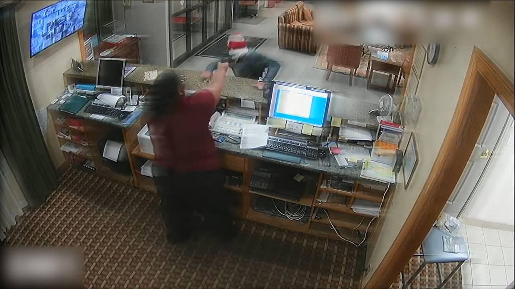 Hotelangestellte jagt Räuber mit seiner Waffe in die Flucht