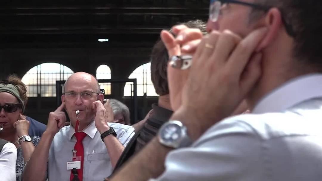Pfeifkonzert und Schweigeminute für verunfallten Zugchef
