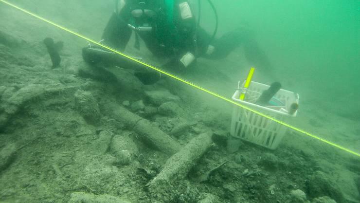 Die Überreste einer Pfahlbausiedlung im Hallwilersee sollen mit einer Kiesschicht und einer Überdeckung vor der Erosion geschützt werden.