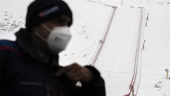 Die Schutzmaske gehört im alpinen Skizirkus neu zu den notwendigen Accessoires.