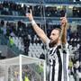 Gonzalo Higuain lässt sich als Torschütze von den Fans feiern