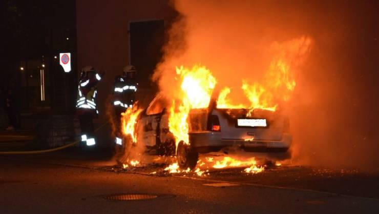 In Laufen BL wurde ein Auto durch einen Brand vollständig zerstört (Bild). Auch in Rufi SG kam es zu einem Autobrand.