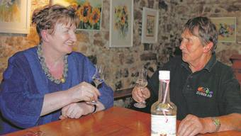 Rosmarie Zuber (links) leitet die Administration, ihre Schwester Yvonne zählt zu den besten Brennmeistern der Schweiz