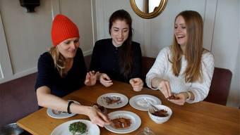 Doris Weyeneth, Lisa Erard und Elisa Ziegler (v.l.) bei ihren Food-Kreationen.