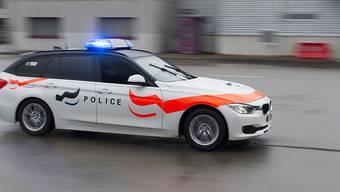 Bei einer Frontalkollision ist am frühen Mittwochabend in Villaz-St-Pierre ein 80-jähriger Autolenker tödlich verletzt worden. (Archivbild)