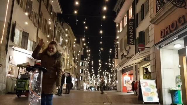 Fabienne Brunner schaltet (symbolisch) die Weihnachtsbeleuchtung 2018 in Solothurn ein