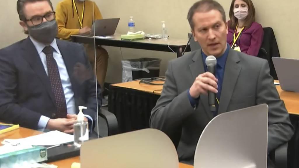 ARCHIV - Der Angeklagte Derek Chauvin (r) und sein Verteidiger Eric Nelson (l) im Gerichtssaal in Minneapolis. Foto: Uncredited/Pool Court TV/AP/dpa