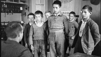 Buben im Jahr 1940 vor dem Heimleiter im Knabenerziehungsheim Oberbipp BE.
